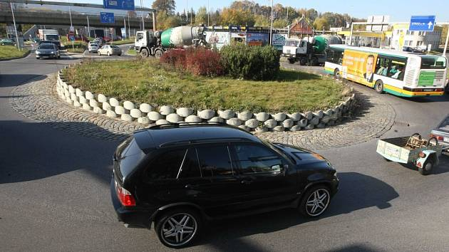 PŘESTAVBA kruhové objezdy zjednoduší a část dopravy odkloní na silnici 35.