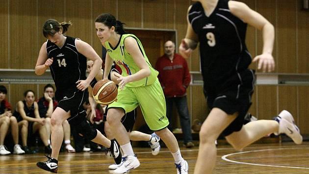 Basketbalistky Bižuterie (v černém) doma prohrály se Strakonicemi. V neděli porazily Klatovy o jeden bod.
