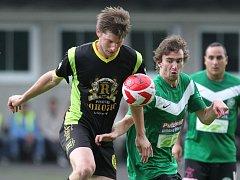 Fotbalisté Velkých Hamrů (v zeleném) doma prohráli s Košťálovem 2:1 a oslavy postupu do krajského přeboru musí ještě počkat.
