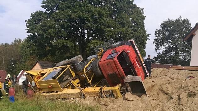Převrácený nákladní automobil ve Smržovce.