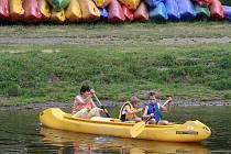 Na Žluté plovárně na Malé Skále se mohou lidé nad jezem nejen vykoupat, ale zapůjčit si také třeba loď či raft a vyjet si po Jizeře na projížďku. O prázdninách tam mají každé úterý slevy.