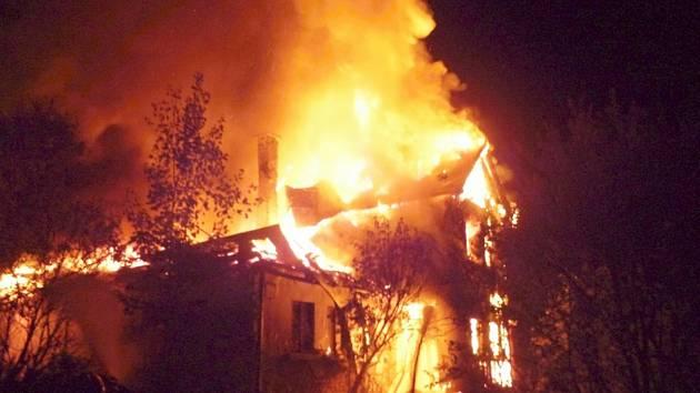 Požár roubené chalupy v Antonínově