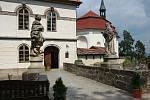 Skalní hrad Valdštejn leží několik kilometrů od Turnova. Zřícenina gotického skalního hradu ze 13. století je romanticky upravená. V 18. století se stala známým poutním místem.