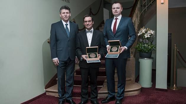Zleva: primátor Jiří Čeřovský, Tomáš Pospíšil, Miroslav Ullspeger