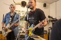 Jan Homola (uprostřed) si spolu s dalšími hudebníky kytary otestoval ještě před jejich samotnou dražbou.