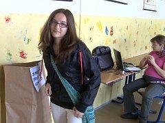 Byli ovšem tací voliči, kteří k prvnímu kolu jít nemohli. Ne že by nechtěli, ale nebylo jim ještě 18 let. Takových bylo v Jablonci jedenáct. Jednou z nich je i čerstvě plnoletá Nikola Mosiurczáková z jabloneckého Mšena.