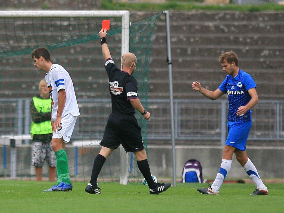 Derby juniorek vyhrál Jablonec (v bílém). Rozhodčí Pavel Vlasjuk ukazuje červenou kartu Jakubu Šidlovi z Jablonce (vlevo).