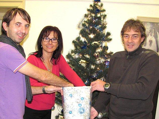 Výherce losovala v redakci Jabloneckého deníku Lenka Střihavková a za společnost Sport na regulérnost dohlížel Jan Lála a Petr Hemerka (vpravo na snímku).