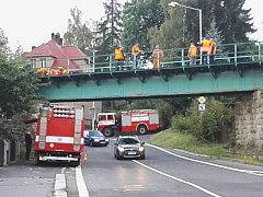 Na trati 036 Liberec-Jablonec-Tanvald-Szklarzska Poreba v Jablonci v ulici SNP se pohnul most, zasahovali hasiči z SŽDC Liberec.