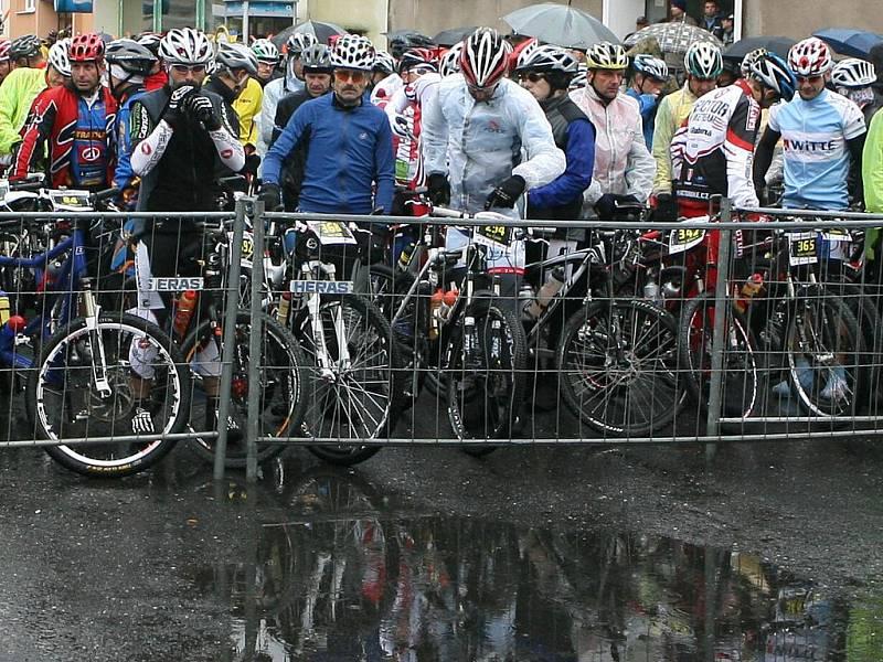 V sobotu 8. října se v Josefově Dole na Jablonecku konal už 16. ročník tradičního cyklistického závodu Nova Author Cup, který patří k závěrečným měřením sil v sezoně. Na start  závodu se v deštivém počasí postavilo více jak tři a půl  tisíce závodníků