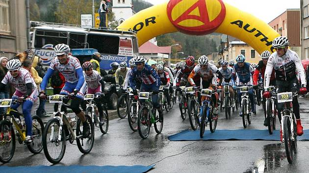 V sobotu 8. října 2011 se v Josefově Dole konal už 16. ročník tradičního cyklistického závodu Nova Author Cup, který patří k závěrečným měřením sil v sezoně. Na start  závodu se v deštivém počasí postavilo více jak tři a půl  tisíce závodníků