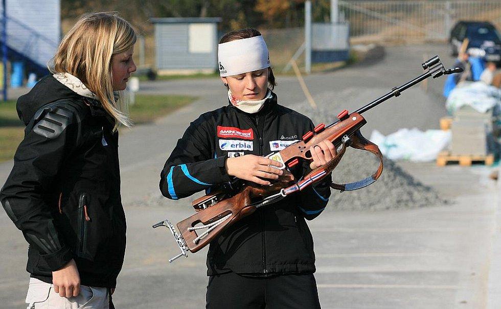 V jabloneckých Břízkách vyzkoušeli sportovci z různých odvětví střelbu na biatlonové terče ve střeleckém areálu Ski Klubu Jablonec. Hlavní dozor nad střelbou měla reprezentantka Veronika Vítková. Na snímku s Markétou Audyovou - jachting.