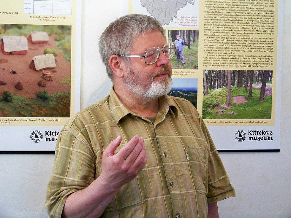 Geolog a novodobý objevitel naleziště Vladimír Šrein v expozici nálezu v Kittelově muzeu.