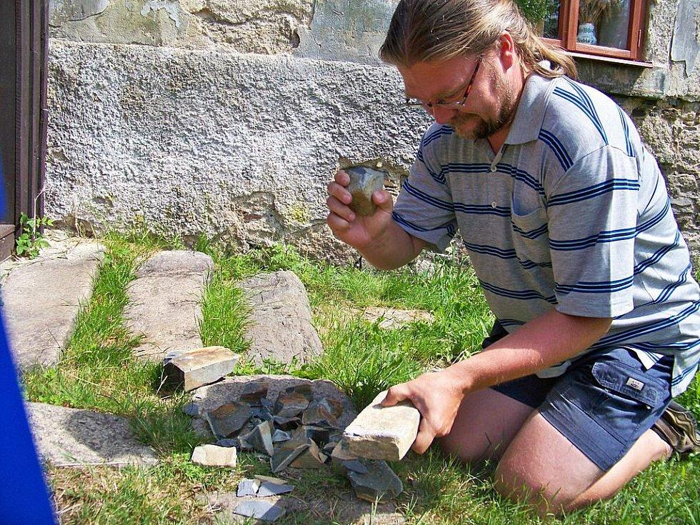 Archeolog Petr Šída ukazuje, jak vznikal polotovar.