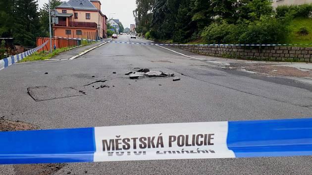 Popraskané silnice a vytržené poklopy kanalizace v Jablonci nad Nisou.