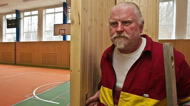 NOVÁ TĚLOCVIČNA. Úpravy jsou ve finále. Na snímku Miroslav Tomášek.