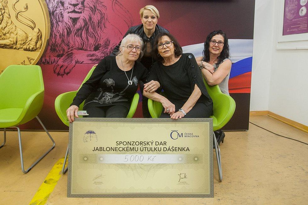 Zpěvačka Marta Kubišová navštívila 5. října Českou mincovnu v Jablonci nad Nisou u příležitosti ražby zlaté mince se svým portrétem. Na snímku zleva jsou Dagmar Holanová, Dagmar Kuništová (obě z lučanského útulku Dášenka), Marta Kubišová a šéfredaktorka J