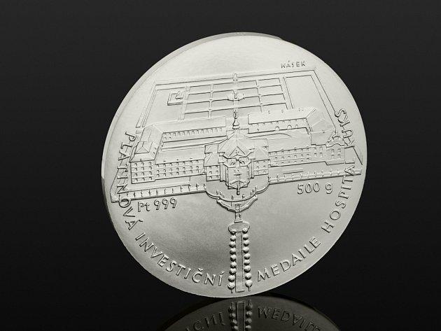 Platinová medaile s motivem Hospitalu Kuks na přední straně a z druhé strany s insigniemi šlechtického rodu Šporků, je víc než investiční prostředek. Její ztvárnění od Jana Háska je uměleckým unikátem.
