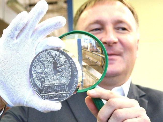 Primátor Jablonce Petr Beitl s mincí