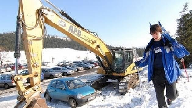 Svážení sněhu před Světovým pohárem ve Vesci  z osady Jizerka.