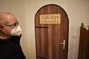 V sokolovně v Plavech vyrostla netypická rozhledna Schovanka. Postavil ji Lukáš Drška a vymaloval jeho otec Ladislav Ladis Drška (na snímku).
