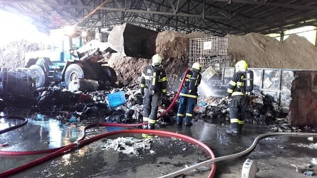 Tři jednotky vyjely k požáru odpadu v kontejnerech.