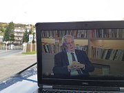 Redaktoři Jabloneckého deníku čekali před Věznicí Rýnovice na pravděpodobné udělení prezidentské milosti pro nejznámějšího českého vězně Jiřího Kajínka