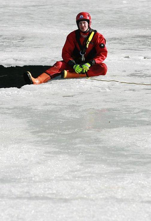 Profesionální hasiči a zdravotní záchranáři cvičili na jablonecké přehradě záchranu tonoucího.