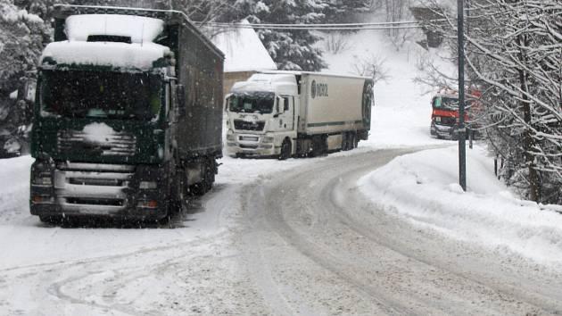 Harrachov - Desná, sníh a kamiony, které nemohou pokračovat v cestě