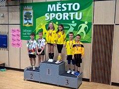 Domácí tým si ve skupině žlutých vydobyl druhé místo (zleva Honza Papoušek a Miloslav Nýdrle).