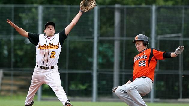Kadetské mistrovství Evropy v baseballu pokračovalo třetím dnem. Na snímku utkání Holandska s Německem (v bílém).