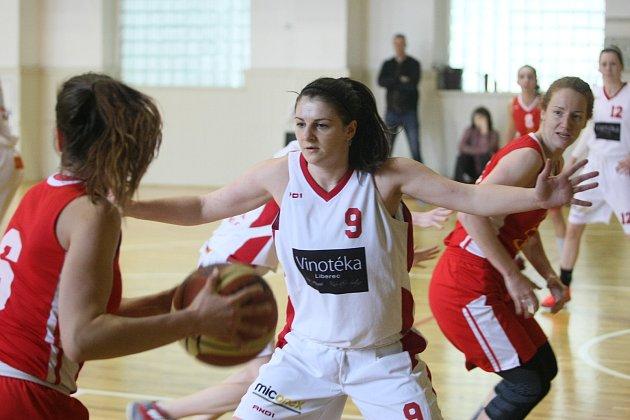 Liberecké basketbalistky hrály I. ligu se Spartou Praha (v červeném).
