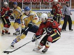 Jablonečtí hokejisté prohráli v prodloužení dobře rozjetý duel s Kláštercem (ve žlutém).