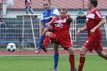Fotbalisté Mšena (v červeném) uhráli bezbrankovou remízu v České Lípě.