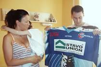 V pátek dopoledne předali hokejisté HC Vlci deset tisíc korun na pediatrii jablonecké nemocnice. Na snímku Daniel Stehno.