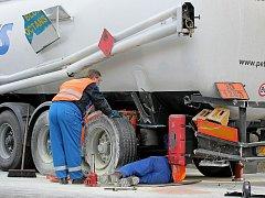 Dopravní nehoda cisterny. Ilustrační snímek.