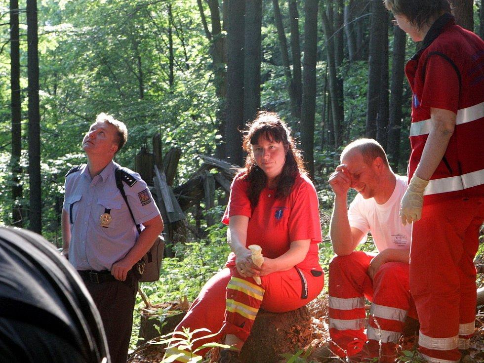 V neděli po páté odpoledne uvízl polský paraglidista v koruně stromu na zalesněném svahu Kozákova. K místu po nahlášení polskými kamarády vyjeli hasiči, záchranka i PČR, na místě byl i vrtulník.