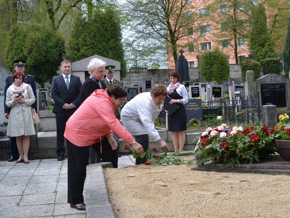 Pietní setkání u příležitosti 70. výročí skončení 2. světové války na jabloneckém hřbitově.