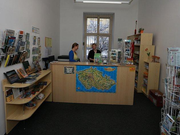 Pracovnice turistického informačního centra Alena Matějková a Šárka Boučková si zvykají na nové prostory.