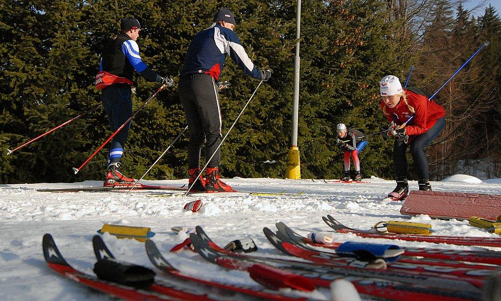 Od pátku již na Jabloneckém kolečku v areálu Břízky trénují závodníci a závodnice na mistrovství republiky konající se o víkendu.Na snímku Petra Holubová s ostatními kolegy z reprezentačního družstva juniorů testuje mázu.