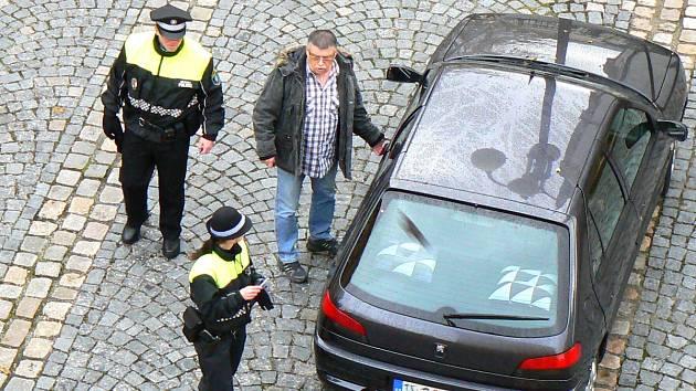 """Jablonečtí strážníci dávají nejen """"botičky""""."""
