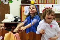Děti z MŠ Rádlo zpívaly rodičům tři miniopery skladatelů J. Uhlíře a Z. Svěráka. Přihlížel i jeden z autorů.