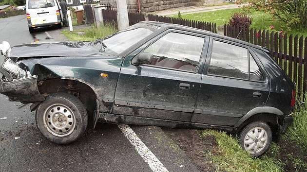 Řidička Škody Felicie nezvládla zatáčku a srazila se s Fiatem. Po nárazu navíc její auto dostalo smyk a skončilo v příkopu.