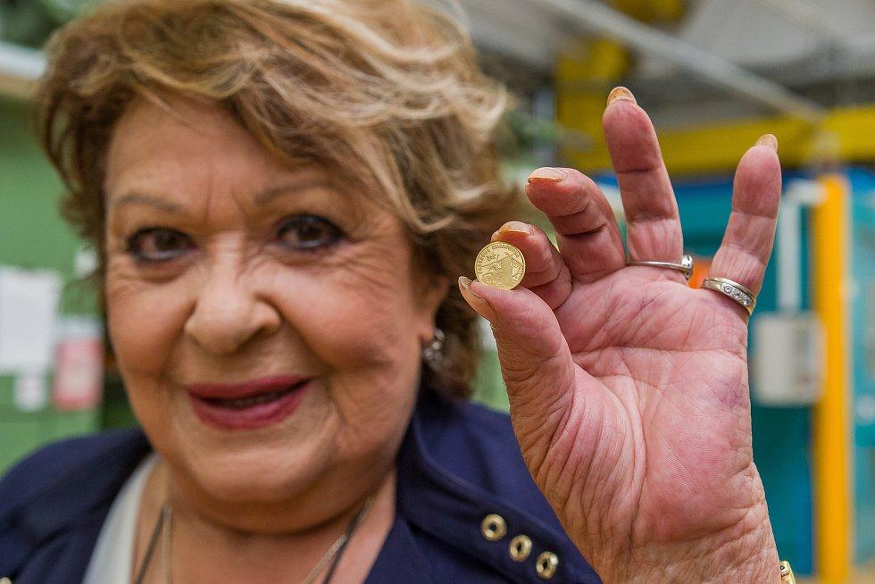 Herečka Jiřina Bohdalová na návštěvě v České mincovně u příležitosti ražby zlaté mince s Pařezovou chaloupkou.