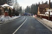 V Loužnici právě probíhá vyprošťování kamionu, který naboural dvě osobní auta. Silnice je neprůjezdná cirka na jednu hodinu.