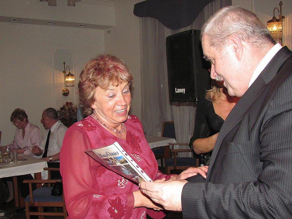 10. ples Hotelu Petřín v Jablonci se konal v pátek 25. března. Na snímku poukaz předává majitel hotelu Evžen Hejsek šťastné výherkyni.
