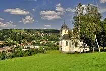 Jeden z nejkrásnějších výhledů na malebné údolí Jizery, v němž se rozkládá Železný Brod, je od tamního kostelíka sv. Jana Nepomuckého Na Poušti.
