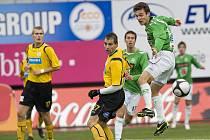 FK Baumit hostil FK Bohemians Praha. Za mrazivého počasí v bojovném utkání se z vítězství radovali domácí. Na snímku domácí David Lafata ( vpravo v zeleno bílém ) míjí hlavou míč před brankou soupeře. Vlevo Martin Horáček a s č. 17 Dzmitry Liantsevich.