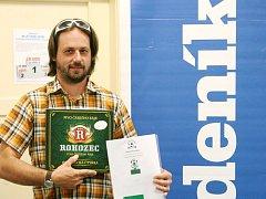 Vítěz jarní fotbalové tip ligy, Martin Makovec z Plavů, si odnesl permanentku FK Jablonec a rohozecké pivo.