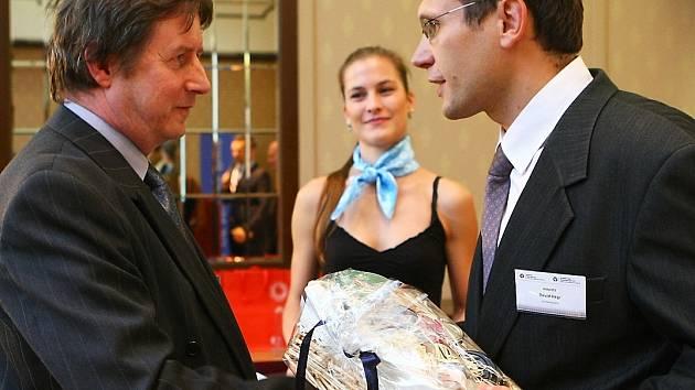 Karel Sobotka (vlevo) přebírá cenu za první místo v krajském kole soutěže Živnostník roku